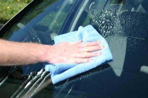 cách làm sạch kính chắn gió ô tô